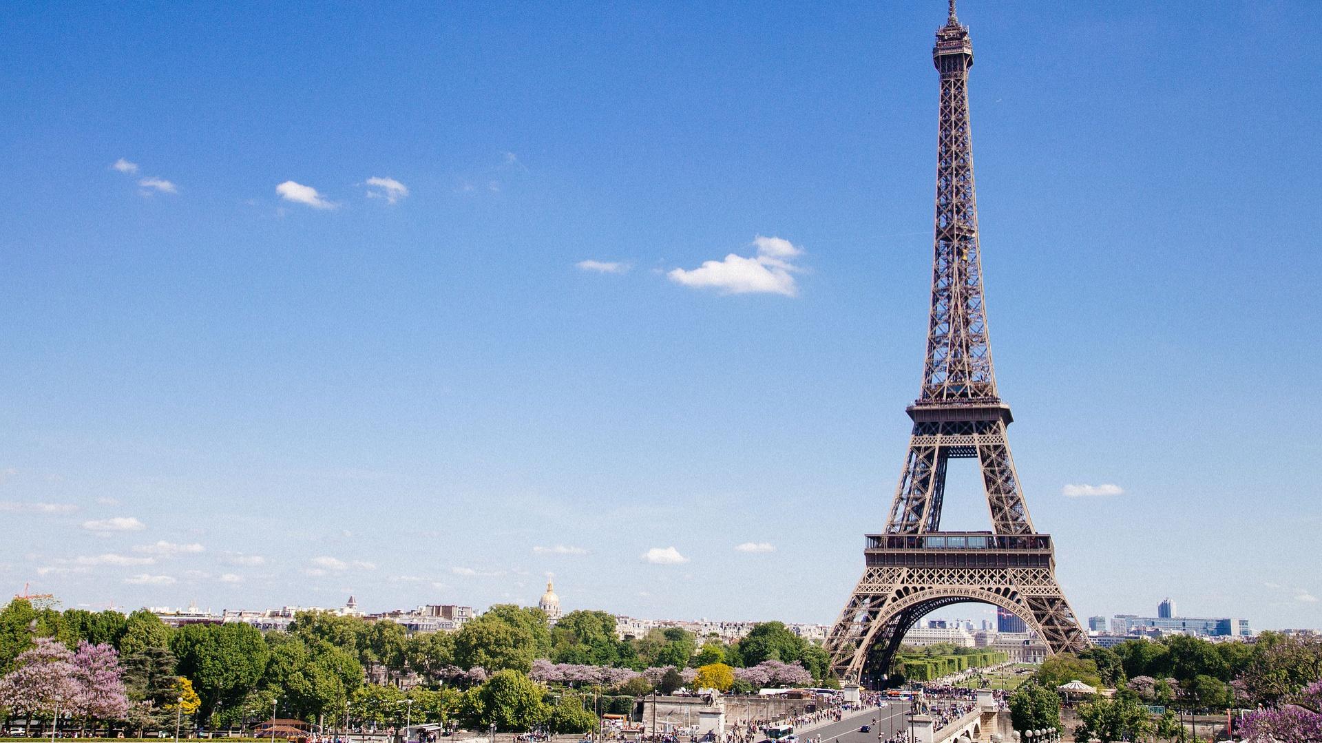 Ponad 300 metrów wysokości, 2 tysiące ton żelaza i 18 tysięcy metalowych części – tak można opisać jeden z najbardziej rozpoznawalnych obiektów świata, jakim jest Wieża Eiffla. Odwiedzana rocznie przez ponad 7 milionów turystów konstrukcja, przeszła w tym roku renowację pierwszego poziomu.  Fot. Shutterstock