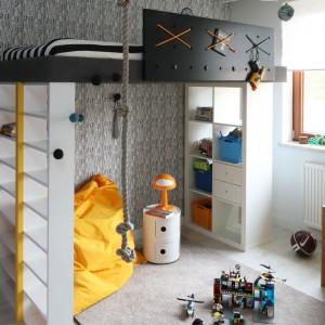 Pokój chłopca - piętrowe łóżko zapewnia miejsce do spania i zabawy jednocześnie. Projekt: Katarzyna i Michał Dudko. Fot. Bartosz Jarosz.