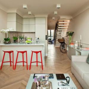 Elegancki apartament zaaranżowano w stylu nowojorskim. W otwartej strefie dziennej kuchnię od salonu oddziela wysoki bar, pełniący też funkcję jadalni. Projekt: Maciej Zień, Fot. Ghelamco Polska.