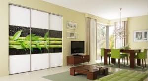 Zastosowanie kolorowego szkła w każdym wnętrzu domowym stanowi sedno aranżacji i punkt odniesienia do dalszego komponowania i wyposażenia w odpowiednie dodatki.