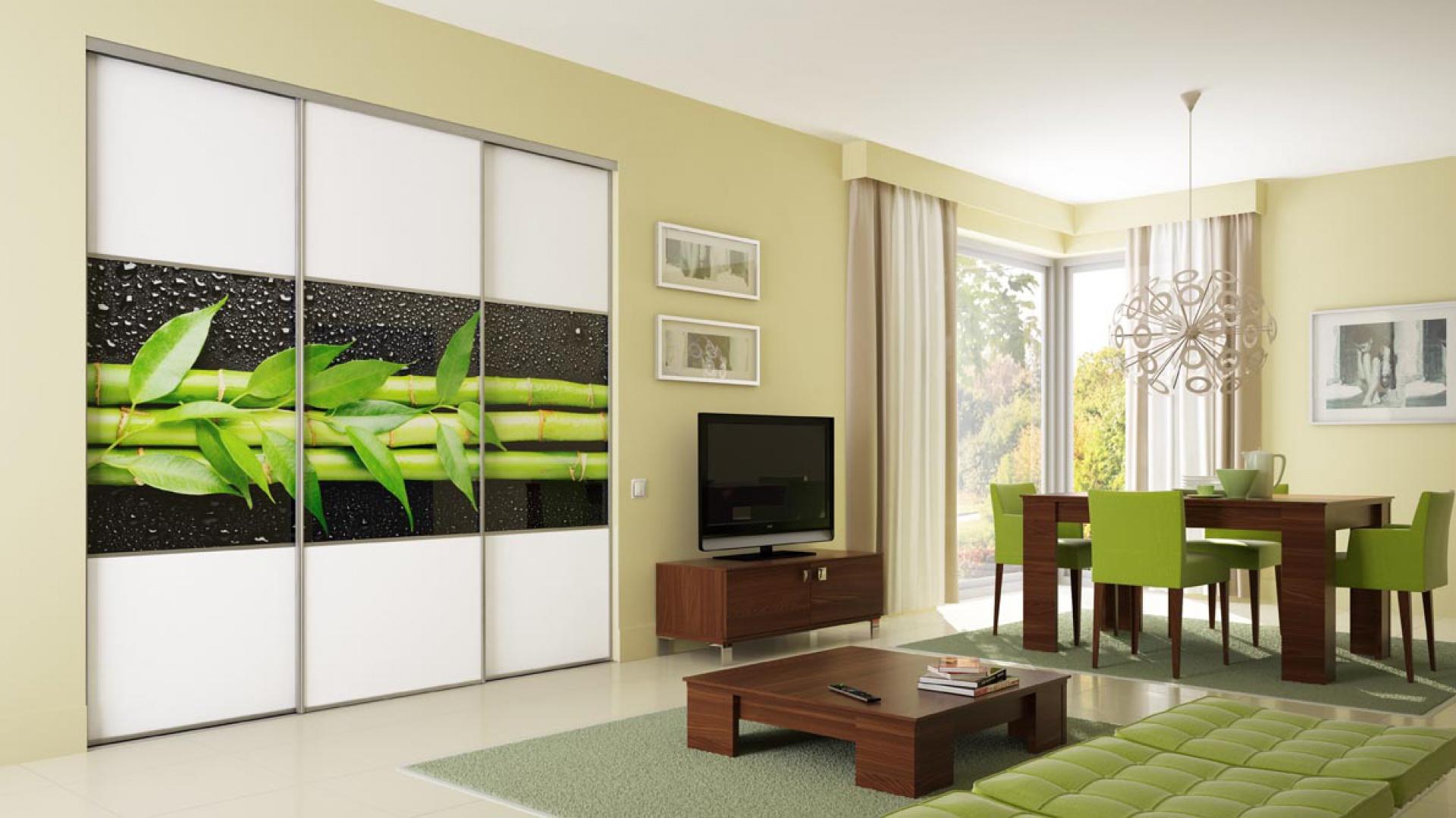 Fronty meblowe ze szkła kolorowego sprawiają, że połączenie kuchni albo jadalni z salonem zyskuje nowy charakter. Fot. Komandor
