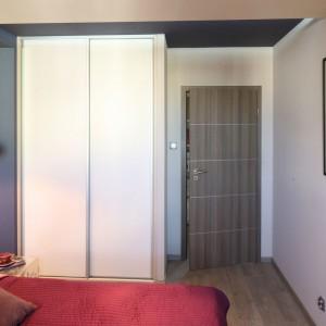 Aby podkreślić kobiecy charakter nowoczesnej sypialni, do aranżacji wprowadzono lustra, natomiast ściany ozdobiono koronkowymi grafikami Leluja autorstwa projektanta, Arkadiusza Grzędzickiego. Projekt: Arkadiusz Grzędzicki. Fot. Bartosz Jarosz.