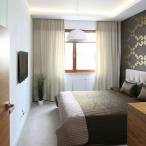 Tapeta z ciekawym wzorem będzie przyjemnym detalem w sypialni i jednocześnie ociepli jej wizerunek. Projekt: Małgorzata Galewska. Fot. Bartosz Jarosz.