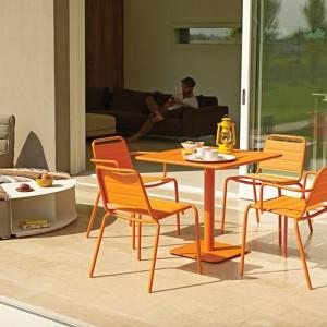 Metalowe meble w pomarańczowym kolorze z kolekcji Nomad marki Gloster. Fot. Gloster.