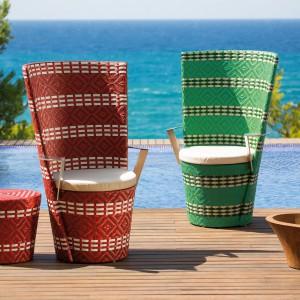 Bardzo ciekawe meble z kolekcji Icpalli marki Point 1920. Kolorowe siedziska dodatkowo zdobią jeszcze piękne, oryginalne wzory. Doskonale sprawdzą się zarówno w ogrodzie, jak i na tarasie. Fot. Point 1920.