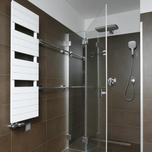 Kabina prysznicowa bez brodzika to rozwiązanie, które dodaje wnętrzu nowoczesnego charakteru i optycznie powiększa przestrzeń. Fot. Bartosz Jarosz.