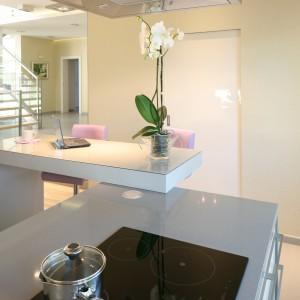 Życzeniem pani domu były kobiece dodatki – dlatego w kuchni znajdują się wygodne krzesła w pastelowym odcieniu fioletu oraz wrzosowa roleta okienna. Projekt: Monika i Adam Bronikowscy. Fot. Bartosz Jarosz.