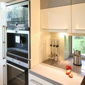 Wykonana na zamówienie zabudowa kuchenna skrywa wiele akcesoriów i naczyń, pozwalając utrzymać porządek. Projekt: Monika i Adam Bronikowscy. Fot. Bartosz Jarosz.
