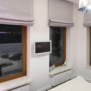 Z uwagi na małą ilość miejsca, telewizor zawieszono na ścianie, między dużymi oknami. Projekt: Katarzyna Mikulska-Sękalska. Fot. Bartosz Jarosz.