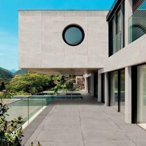 Płytki gresowe Factory Gris i Blanco stylizowane na beton. Wymiary: 50x100 cm. Producent: ITT Ceramic. Fot. Max-Fliz.