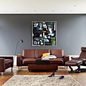 Nowoczesny zestaw Stressless marki Ekornes nie tylko pomaga się zrelaksować, ale też pięknie wygląda. Skórzany komplet w kolorze czekolady tworzą sofy: trzy- i dwuosobowa, a także wygodny fotel z podnóżkiem. Fot. Ekornes.