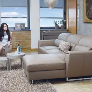 Skórzany zestaw wypoczynkowy Mezzo marki Kler tworzą fotel, kanapa oraz podnóżek, które można dowolnie ustawiać, tworząc idealną konfigurację. Lekkości dodają metalowe nóżki. Fot. Kler.