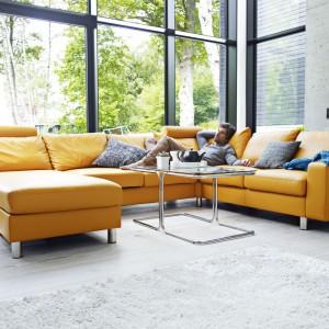 Obszerna sofa Modern marki Ekornes w kształcie litery U to idealna propozycja do przestronnych, minimalistycznych wnętrz. Skórzane wykończenie w pięknym, musztardowym kolorze ożywi wnętrze i nada mu wyrafinowanego charakter. Fot. Ekornes.