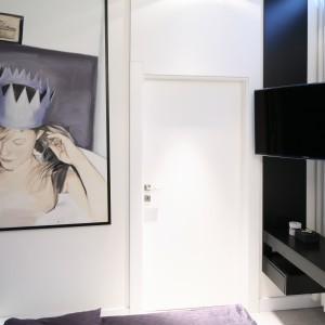 Nawet w niewielkiej sypialni można zaaranżować telewizor. Najlepiej zainstalować go na ścianie przy pomocy specjalnych uchwytów. Projekt: Dominik Respondek. Fot. Bartosz Jarosz.