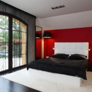 Wnętrze gustowne i eleganckie. Biały zagłówek łóżka pięknie komponuje się z czerwoną ścianą. Projekt: Anna Kuk-Dutka. Fot. Tomasz Augustyn.
