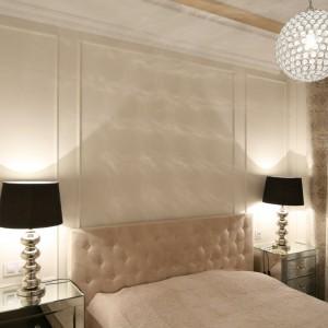 Lampa sufitowa w postaci kryształowej kuli pełni też rolę efektownej dekoracji w sypialni urządzonej w stylu glamour. Oświetlenie uzupełniają dwie lampki nocne w czarnym, wyróżniającym się kolorze. Projekt: Agnieszka Żyła. Fot. Bartosz Jarosz.