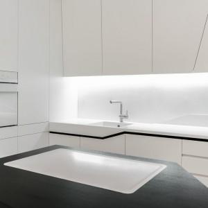 Zlewozmywak i piekarnik są białe, dzięki czemu doskonale wtapiają się w tło. Projekt: Radomír Minjarík. Fot. Juraj Hatina.