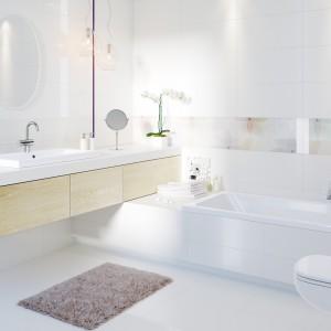 Płytki z kolekcji Tuka marki Cersanit w delikatnych odcieniach doskonale sprawdzą się w łazienkach o każdym metrażu. Kolekcje urozmaicają pastelowe dekory z kwiatowym motywem. Fot. Cersanit.