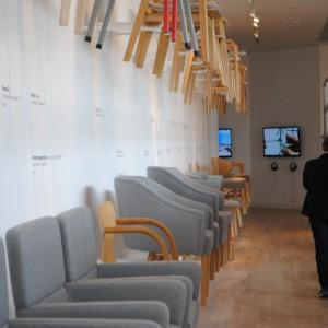 Wystawa krzeseł i foteli w Muzeum Miasta Gdyni, poświęcona twórczości jednego z najbardziej rozpoznawalnych polskich projektantów - Tomka Rygalika. Fot. Piotr Sawczuk.