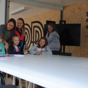 Podczas festiwalu, między innymi w Terminalu Designu A, na Placu Kaszubskim odbywało się wiele zajęć interaktywnych dla dzieci. Fot. Piotr Sawczuk.