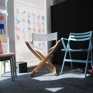Wystawa nietypowych, designerskich krzeseł połączona z warsztatami dla dzieci na temat krzesła. Fot. Piotr Sawczuk.