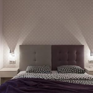 Łóżko wieńczy dwukolorowy, tapicerowany zagłówek. Podział pomiędzy szarością, a fioletem wyznacza również podział na dwuosobowym łóżku. Projekt: Antonia Saranedelcheva. Fot. Yana Blazeva.
