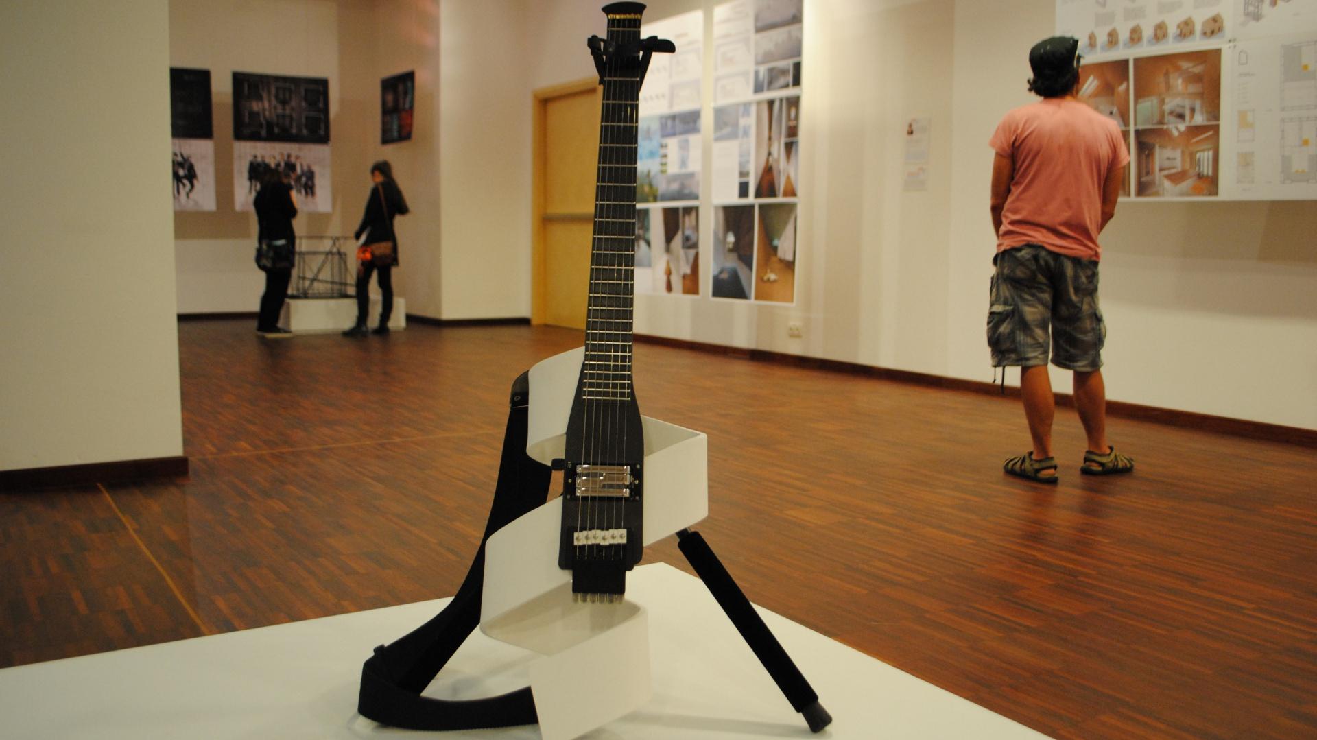 Zmiana charakteru przedmiotu - gitara elektryczna. Praca dyplomowa, magisterska Magdaleny Radeckiej. Fot. Piotr Sawczuk