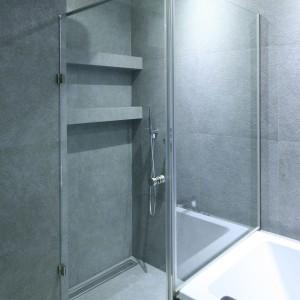 W strefie prysznica umieszczono praktyczne półki. Projekt: Agnieszka Hajdas-Obajtek. Fot. Bartosz Jarosz.