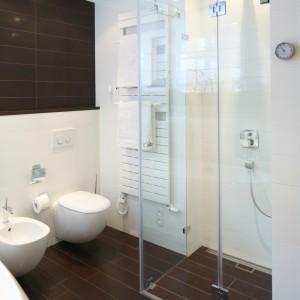 Strefa prysznica bez standardowego brodzika optycznie powiększa przestrzeń łazienki. Nadaje jej również nowoczesnego charakteru. Projekt: Katarzyna Mikulska-Sękalska. Fot. Bartosz Jarosz.