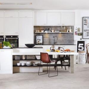 Dodatki, jak sentencje i grafiki utrzymane w czerni i bieli, oprawione w czarne ramki to charakterystyczne dekoracje spotykane w skandynawskich kuchniach. Tutaj urozmaicają aranżację zaproponowaną przez firmę Marbodal. Fot. Marbodal.