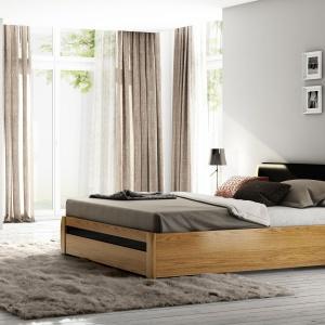 Kolekcja Carvalo to elegancka propozycja do nowoczesnej sypialni. Wszystkie elementy kolekcji pokryte są szlachetnym fornirem dębowym, którego rysunek wydobywa olejowane wykończenie. Urozmaiceniem drewnianych powierzchni są wstawki z czarnego szkła. Fot. Agata Meble.