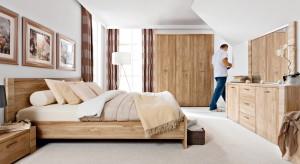 Szukasz mebli do sypialni w kolorze naturalnego drewna? Zobacz, co mają do zaoferowania polscy producenci.