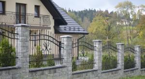 Ogrodzenie musi być nie tylko solidne, ale i estetyczne.Wyznacza ono bowiem granicę działki, chroni nasz dom i posesję, a przy tym dopełnia aranżację działki. Dlatego jego wybór warto dokładnie przemyśleć.