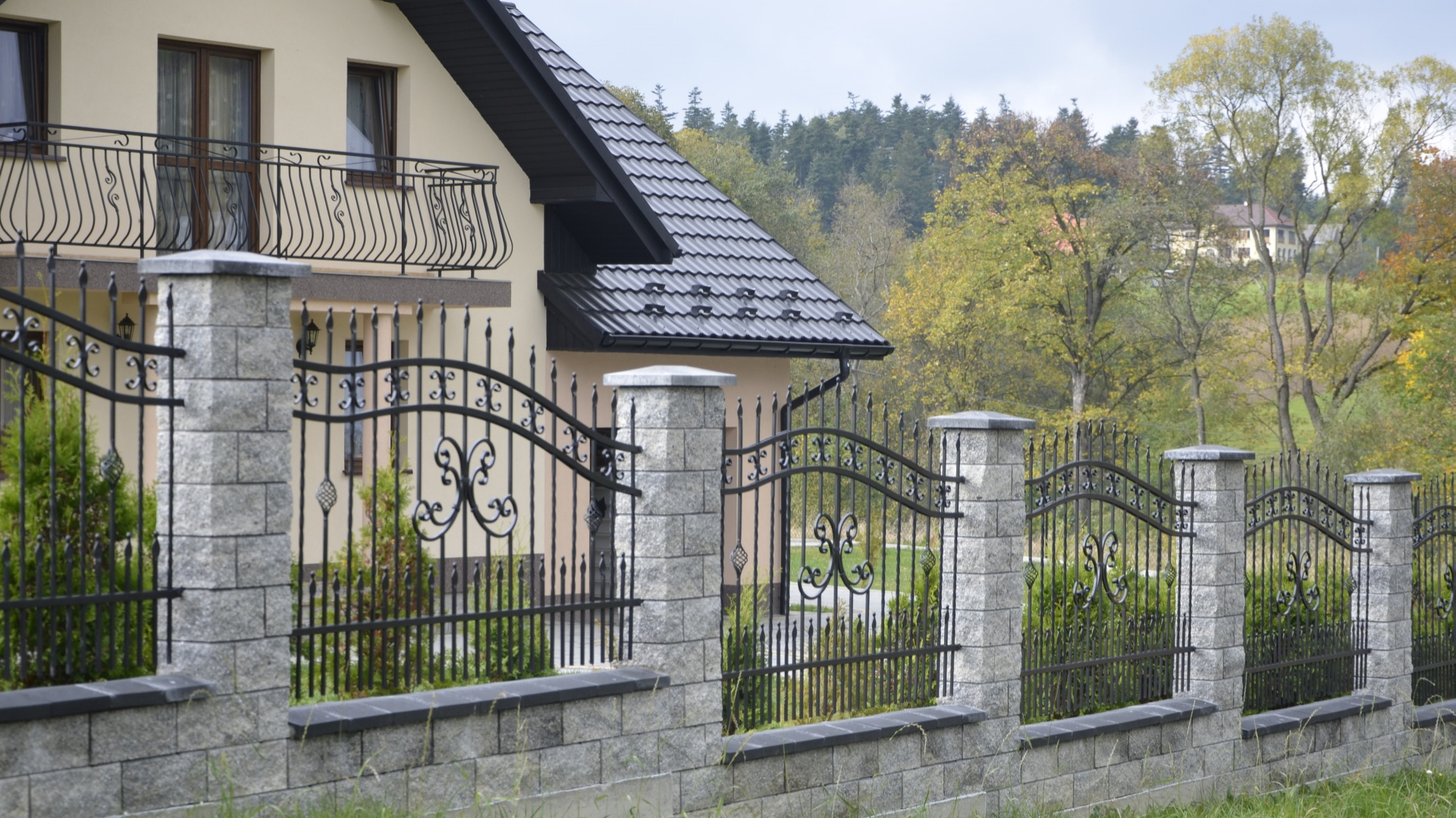 Ogrodzenia łupane GORC de Luxe GL38 są większym odpowiednikiem ogrodzenia betonowego GORC de Luxe GL22. Identyczna kolorystyka i faktura powierzchni w każdym z tych systemów ogrodzeniowych oraz ta sama wysokość elementów (16 cm) umożliwia łączenie ich w jedno ogrodzenie. Najbardziej popularnym rozwiązaniem jest zastosowanie słupków Gorc de Luxe GL38 oraz podmurówki Gorc de Luxe GL22. Ogrodzenie budowane w takim układzie nabiera dostojności i majestatu. Fot. Joniec.