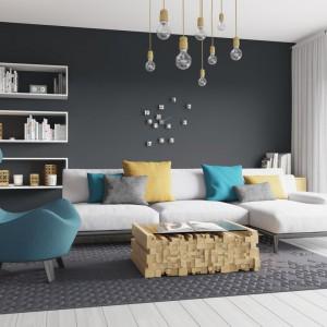 Ciemnoszara ściana w salonie to mocne, wyraziste tło dla nowoczesnej aranżacji. Fot. Śnieżka.