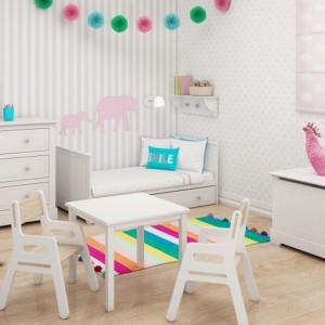 Wyposażając pokój dziecka w białe meble pamiętajmy, by zrównoważyć je kolorowymi dodatkami. Tęczowy dywan, barwne girlandy czy poduszki przełamią nudę oraz nadadzą aranżacji charakteru. Fot. Bellamy.