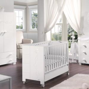 Jeśli planujemy urządzić wnętrze w bieli, warto by znalazł się w nim przytulny akcent, np. podłoga w kolorze ciepłego drewna. Meble Juliette firmy Micuna. Fot. Micuna.