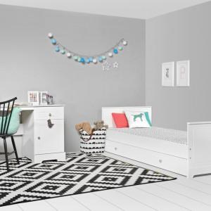 Dla wzmocnienia efektu w jasnym pokoju można zastosować jeden ciemny element, np. dywan z czarno-białe wzory. Fot. Bellamy.