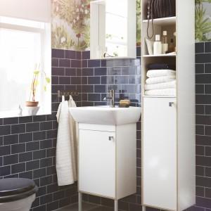 Szafka pod umywalkę i słupek Tyngen marki IKEA. Białe meble ocieplono elementami w kolorze drewna, regulowane stopki zapewniają stabilność i chronią przed wilgocią. Fot. IKEA.