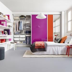 Garderoba, to nie tylko praktyczny element wyposażenia sypialni. Może być także jej dekoracją. Wystarczy, że wybierzemy drzwi przesuwne w ulubionym kolorze, który nada ton całej aranżacji. Fot. Elfa.