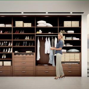 Bardzo praktycznym elementem są szuflady na drobne rzeczy takie jak bielizna czy paski. W tej roli znakomicie sprawdzą się także kosze czy kartonowe pojemniki. Fot. Hulsta.