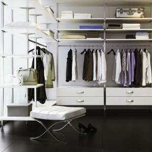 Odzież, po którą sięgamy najczęściej powinna być ułożona na półkach znajdujących się w zasięgu naszej ręki oraz na wieszakach. Natomiast rzeczy używane rzadko, w tym walizki czy kapelusze, przechowujemy w wyższych partiach garderoby. Fot. Raumpulus.