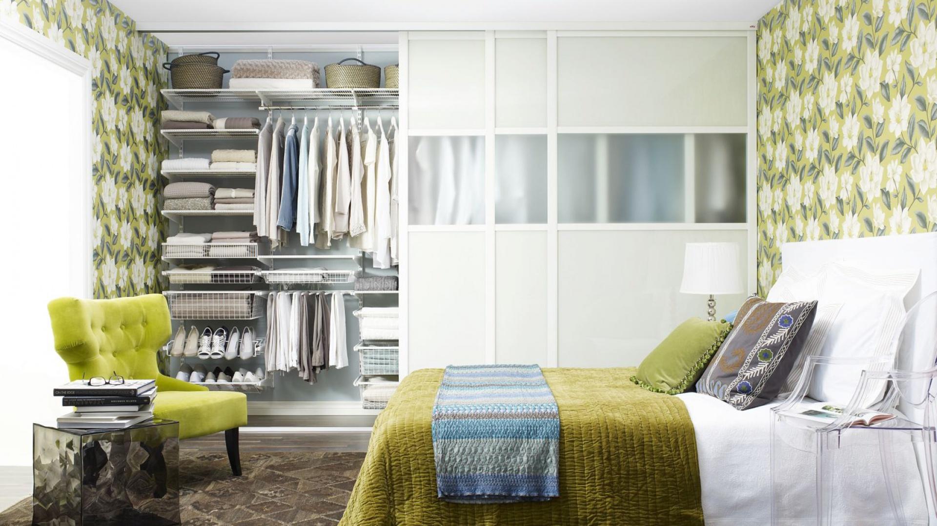 Pojemną i wygodną garderobę można zamontować nawet w niewielkiej sypialni. Watro jednak pomyśleć o tym jeszcze przed urządzeniem wnętrza. Najlepiej już na etapie planów tak, aby można było maksymalnie wykorzystać nawet najmniej dostępne fragmenty przestrzeni. Fot. Elfa.