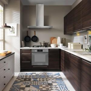 Ciemne kolory drewna budują w kuchni bardzo przytulny nastrój. Ciekawie wyglądają w zestawieniu z białą komodą. Fot. Black Red White, model Iris.