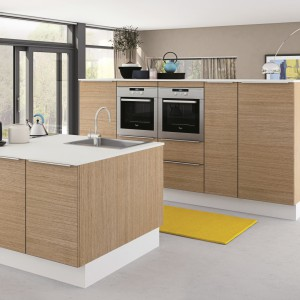 Fronty mebli w tej nowoczesnej kuchni zdobi poziomy rysunek drewna dębowego. Przytulna barwa idealnie ociepla nowoczesną formę mebli kuchennych. Fot. HTH, kuchnia KT12.