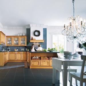 Klasyczna kuchnia w kolorze drewna. Meble zdobią frezowania i przeszklenia, dodatkowo udekorowane szprosami. Fot. Schüller Möbelwerk KG, kuchnia Tauern.