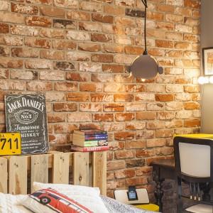 W róg sypialni wpasowano niewielki, czarny, stylizowany stolik, pełniący funkcję toaletki. Projekt: Joanna Pytlewska-Bil i Danuta Dziubek. Zdjęcia: Łukasz Borusowski.
