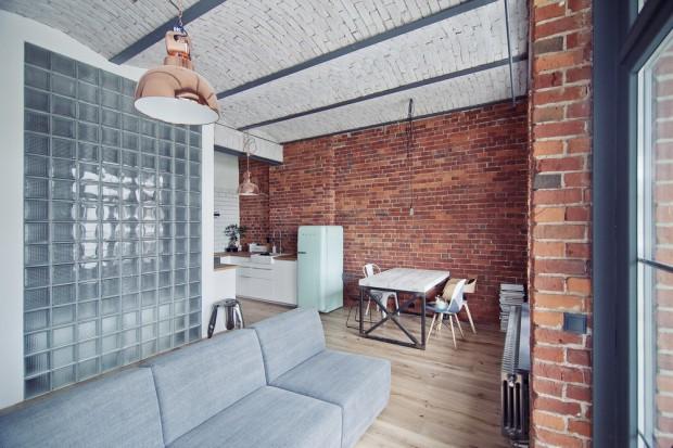 Czerwona cegła, surowy beton oraz moc designerskich dodatków. Tak Aleksandra i Jacek urządzili swoje wymarzone mieszkanie.