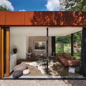 Railway House jest ściśle powiązany z naturą. Do budynku z czerwonej cegły dobudowano część ze szkła, która pozwala doświadczać kontaktu z przyrodą. Projekt: Jeroen van Zwetselaar. Fot. Cornbread Works.