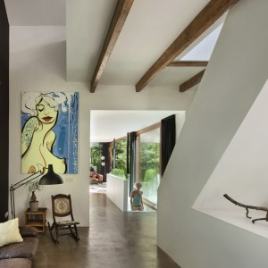 We wnętrzu wyraźnie widać kontrast nowoczesności ze stylem vintage. Takie połączenie prezentuje się naprawdę świetnie. Projekt: Jeroen van Zwetselaar. Fot. Cornbread Works.